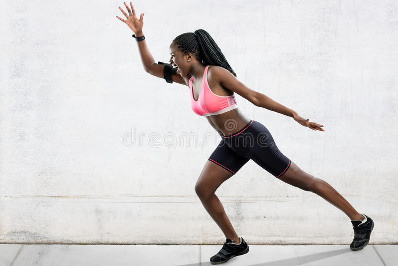 Afrykańska żeńska atleta w bieg pozyci obraz stock
