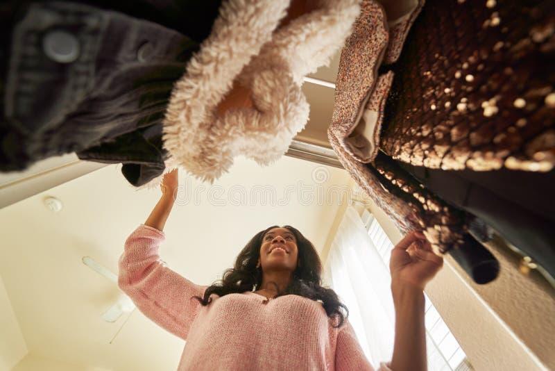 Afrykańska amerykanka patrząca przez szafę na ubrania obrazy royalty free