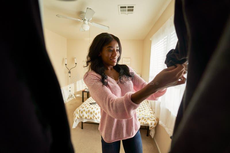 Afrykańska amerykanka patrząca przez szafę na ubrania zdjęcie stock