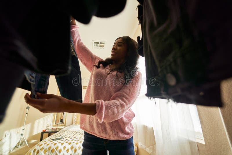 Afrykańska amerykanka patrząca przez szafę na ubrania obrazy stock