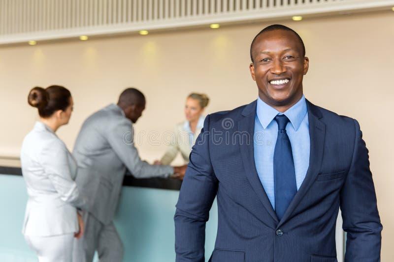 Afrykańska biznesmen pozycja obraz stock