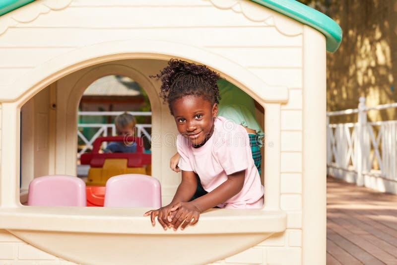 Afrykańska dziewczyna w sztuka domu fotografia stock