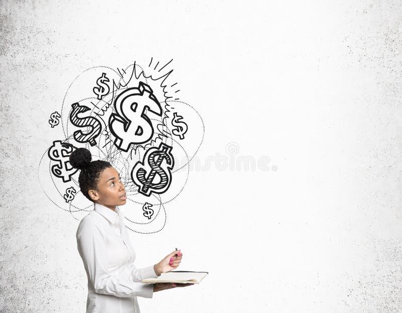 Afrykańska dziewczyna z notatnikiem i błyszczącymi dolarowymi znakami fotografia stock