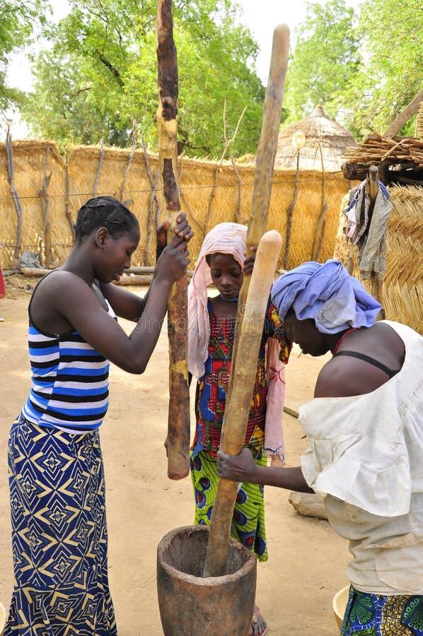 afrykańska karmowa narządzania kobiet praca zdjęcie stock
