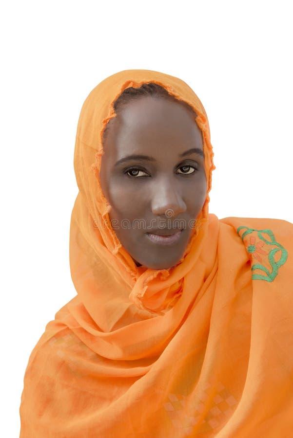 Afrykańska kobieta jest ubranym bawełnianą przesłonę, odosobnioną obraz royalty free