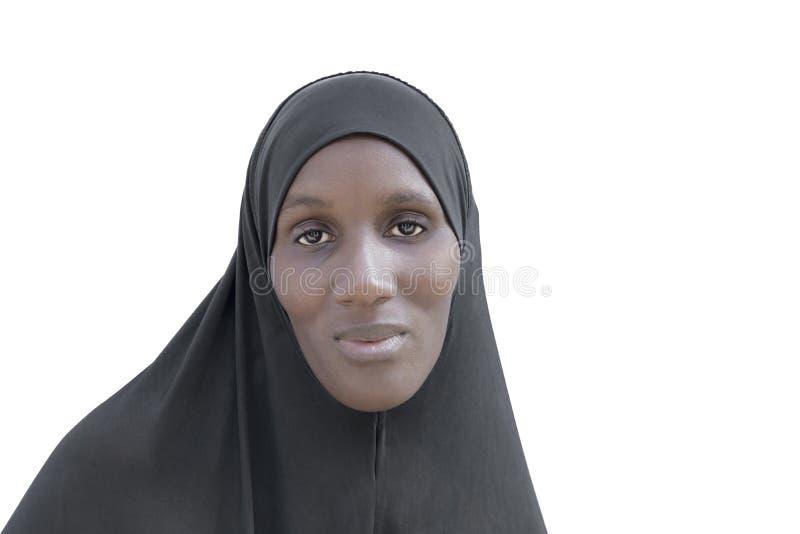 Afrykańska kobieta jest ubranym czarną bawełnianą przesłonę, odosobnioną zdjęcie stock