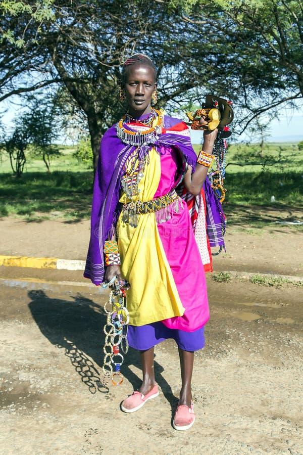 Afrykańska kobieta Masai plemienia bubli ornamenty robić koraliki fotografia stock