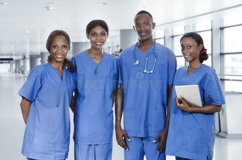 Afrykańska lekarz drużyna z pastylka pecetem fotografia stock