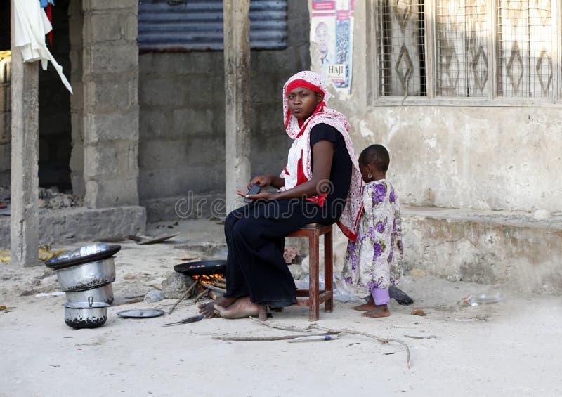 Afrykańska Muzułmańska kobieta kucharzi fotografia stock