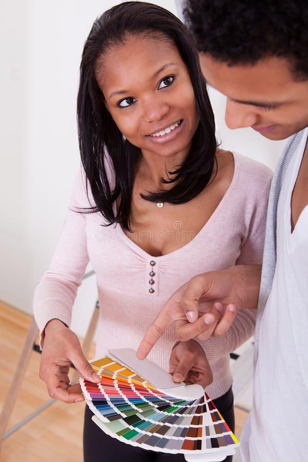 Afrykańska para Wybiera kolor Dla Nowego domu obraz stock