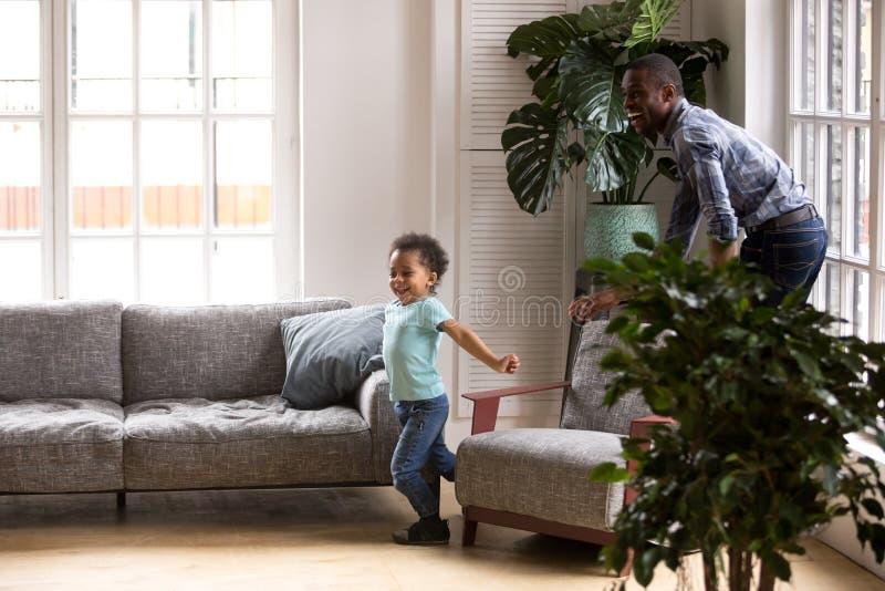 Afrykańska rodzina bawić się gry na weekendzie w domu obraz stock