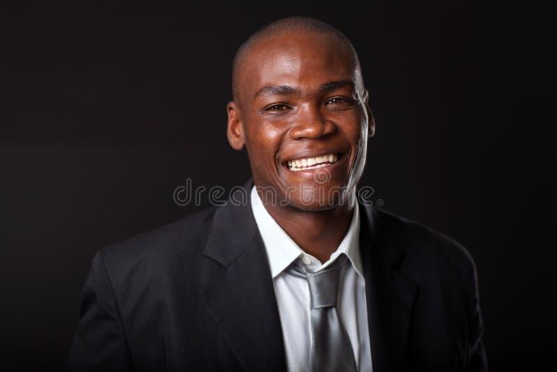 Afrykański biznesmen na czerni obraz stock