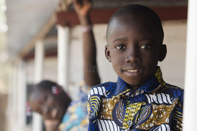 Afrykański brat, siostrzany uśmiechnięty outdoors i śmiać się fotografia royalty free