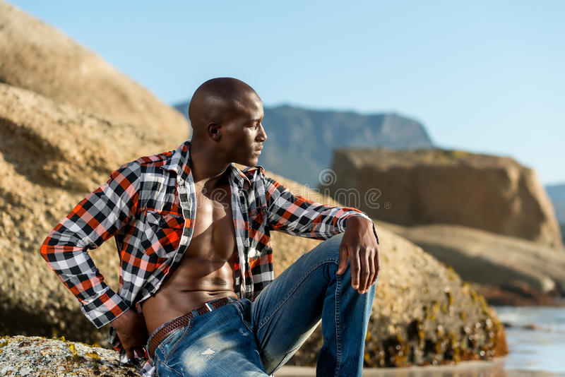 Afrykański czerń model z sześć paczkami w rozpinającej w kratkę koszula fotografia royalty free