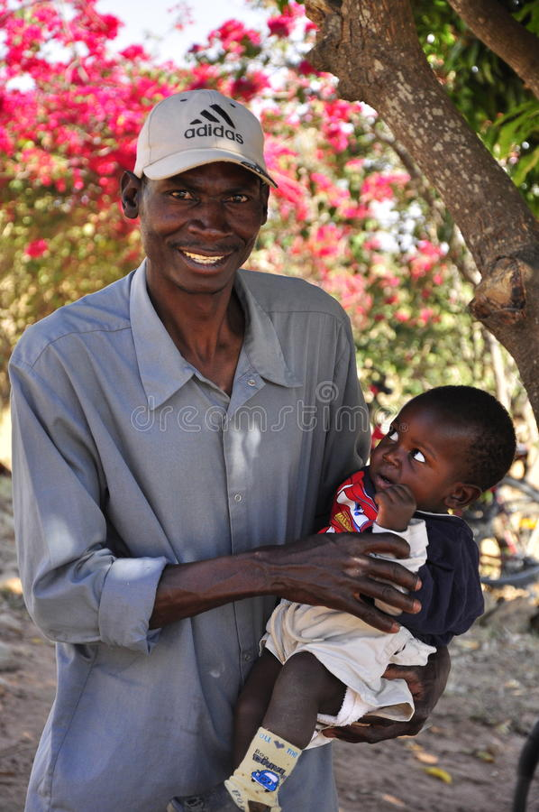 afrykański dziecka mienia mężczyzna zdjęcie stock