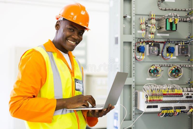 Afrykański elektryczny inżynier używa laptop obrazy stock