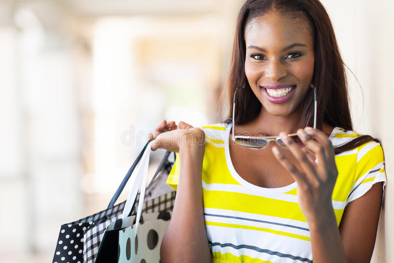 Afrykański kobieta zakupy obraz royalty free