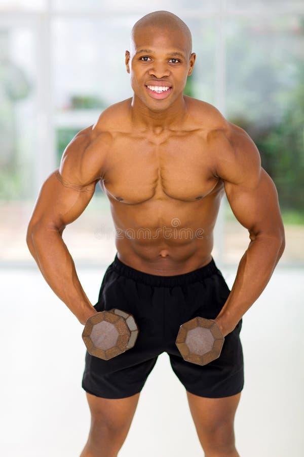 Afrykański mężczyzna ćwiczy dumbbells fotografia royalty free