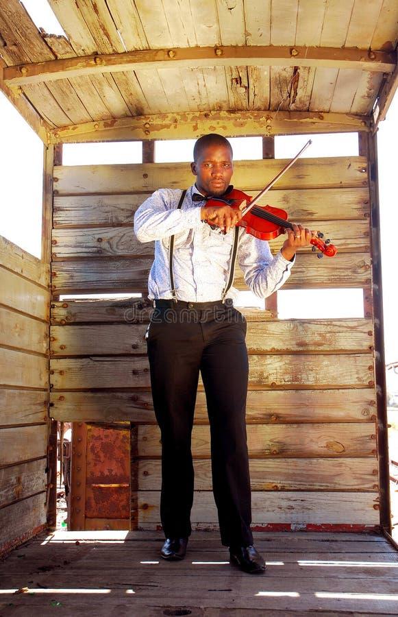 Afrykański mężczyzna bawić się skrzypce zdjęcia royalty free