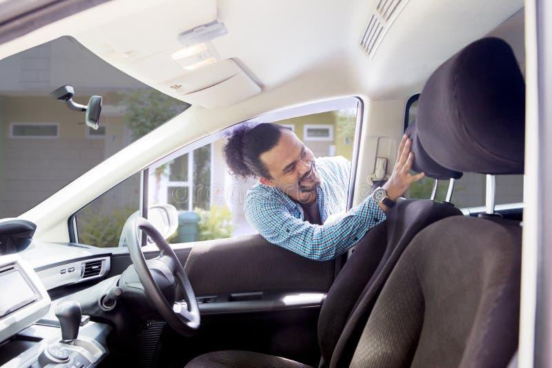 Afrykański mężczyzna dotyka jego nowego samochodowego siedzenia obrazy stock