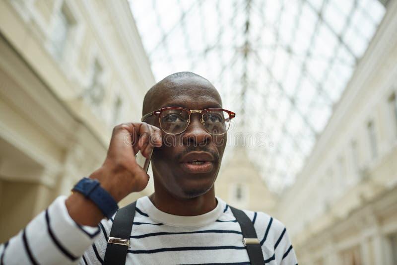 Afrykański mężczyzna Dzwoni telefonem zdjęcia royalty free