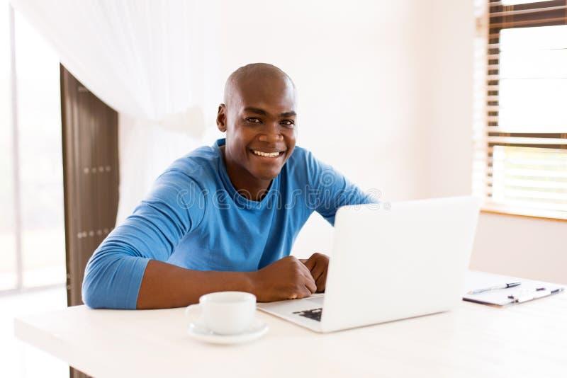 Afrykański mężczyzna laptop zdjęcie stock