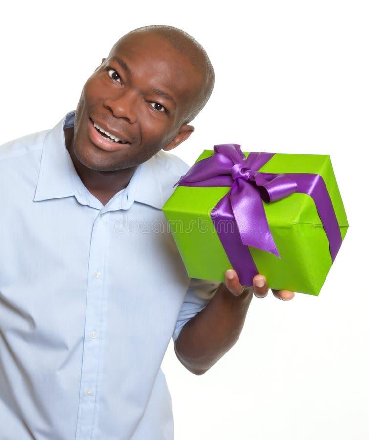 Afrykański mężczyzna słuchanie na prezencie zdjęcia royalty free