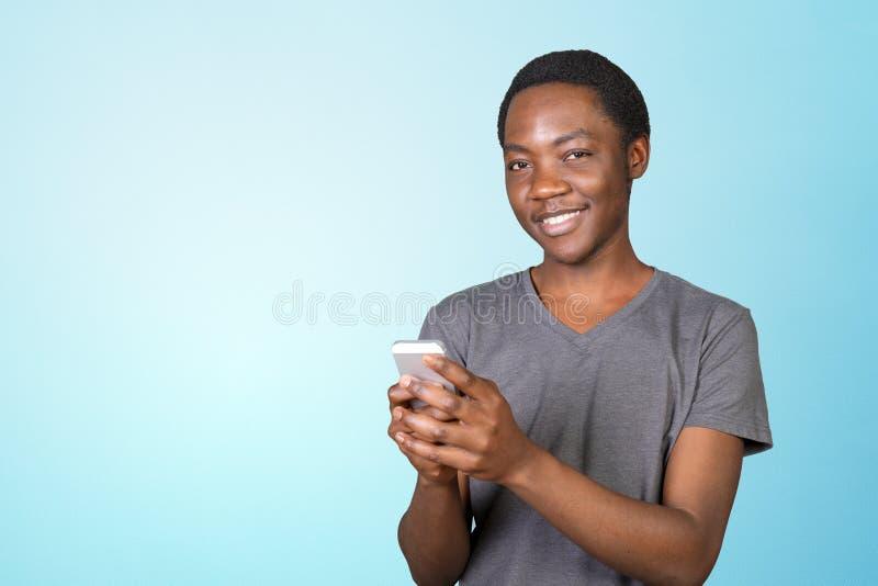 Afrykański mężczyzna używa smartphone fotografia stock