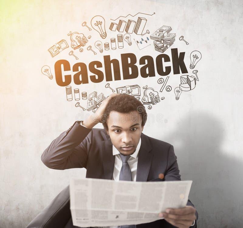 Afrykański mężczyzna z gazetą i cashback fotografia stock