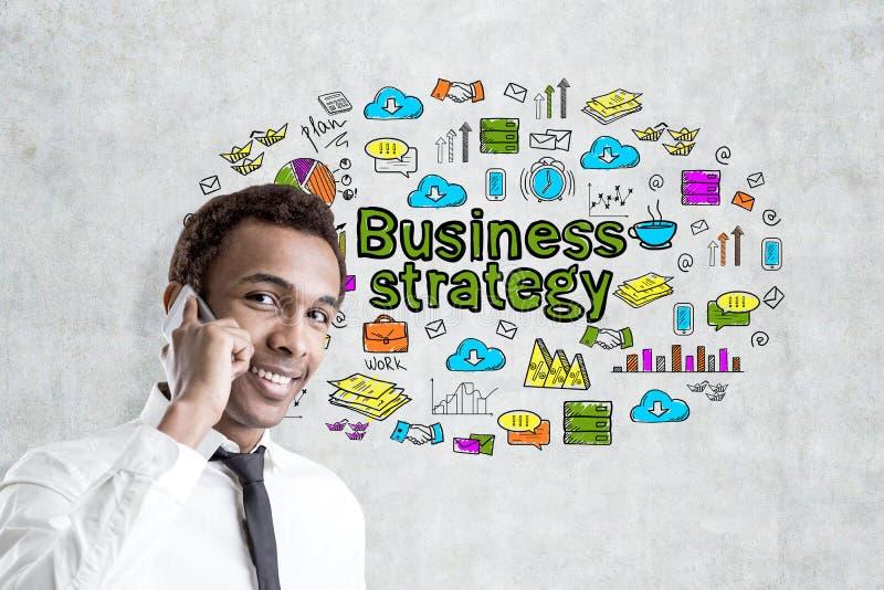 Afrykański mężczyzna z telefonem i strategią biznesową obrazy royalty free