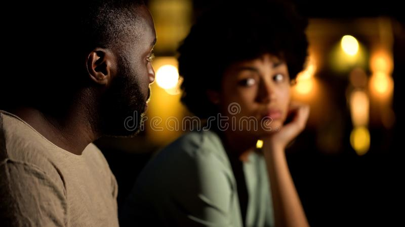Afrykański męski przepraszać dziewczyna, dyskutuje pary przy nocy miastem, konflikt obraz stock