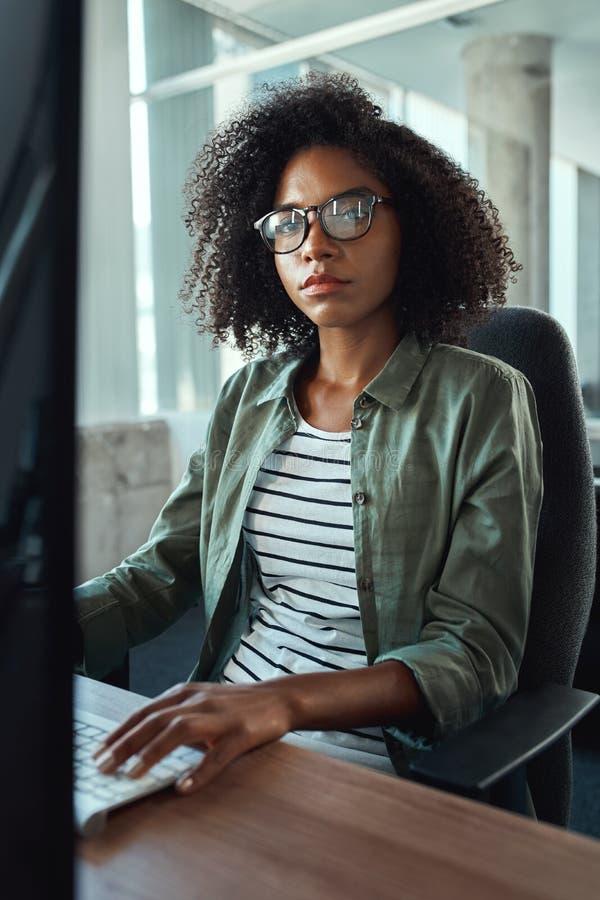 Afrykański młody bizneswoman patrzeje kamerę zdjęcia stock