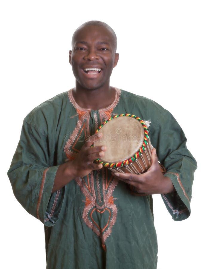 Afrykański muzyk z tradycyjnymi ubraniami i bębenami zdjęcia royalty free