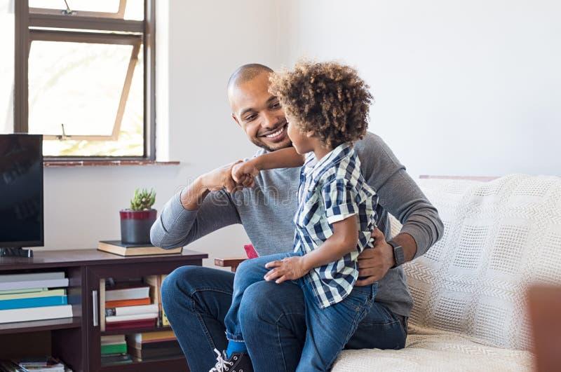 Afrykański ojca i syna bawić się zdjęcie stock