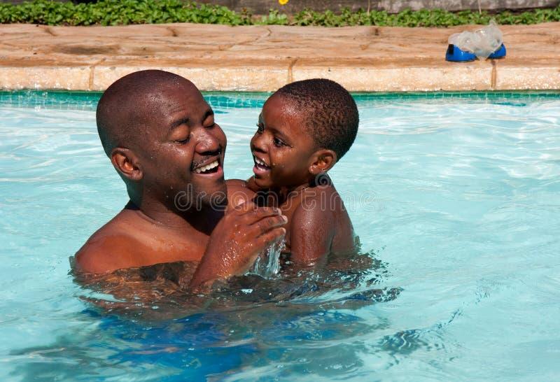 afrykański ojca syna pływanie obraz stock