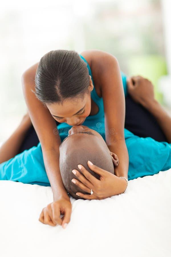 Afrykański pary całowanie zdjęcie royalty free