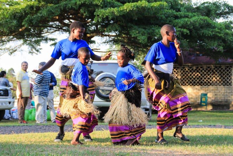 Afrykański piosenkarz śpiewa i tanczy przy ulicznym wydarzeniem w Kampala obrazy royalty free