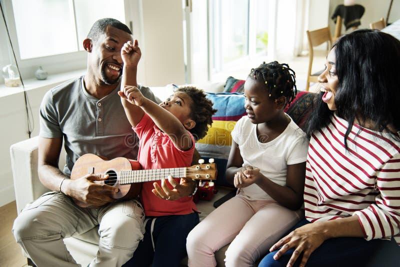 Afrykański rodzinny wydaje czas wpólnie obrazy stock