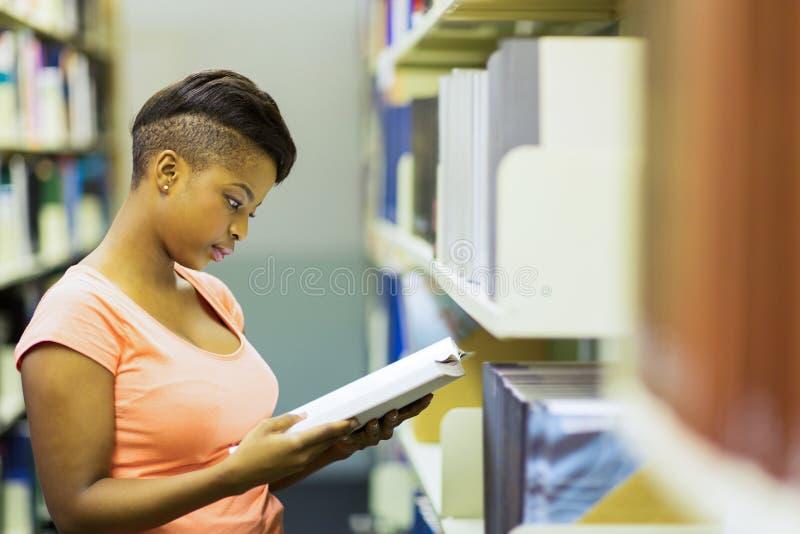 Afrykański studenta uniwersytetu czytanie obrazy stock