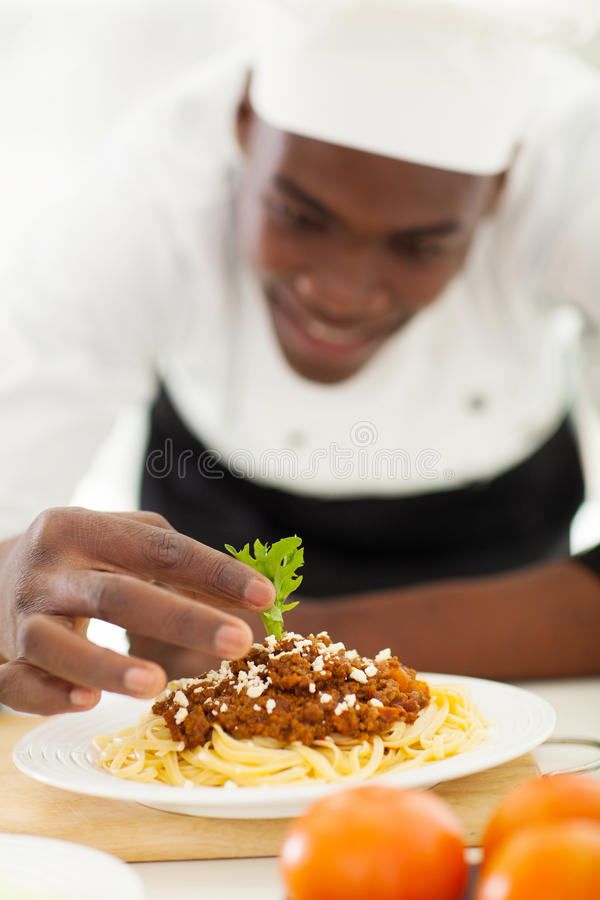 Afrykański szefa kuchni garnirowanie zdjęcie stock