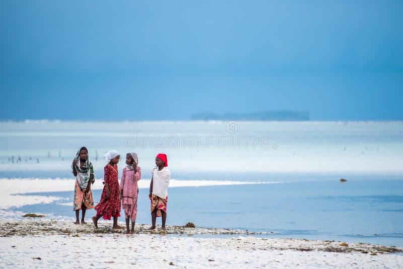 Afrykańskie dziewczyny przy plażą w Zanzibar wyspie fotografia royalty free