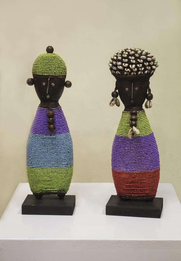 Afrykańskie handmade drewniane lale w kolorowych koralikach odziewają obraz stock