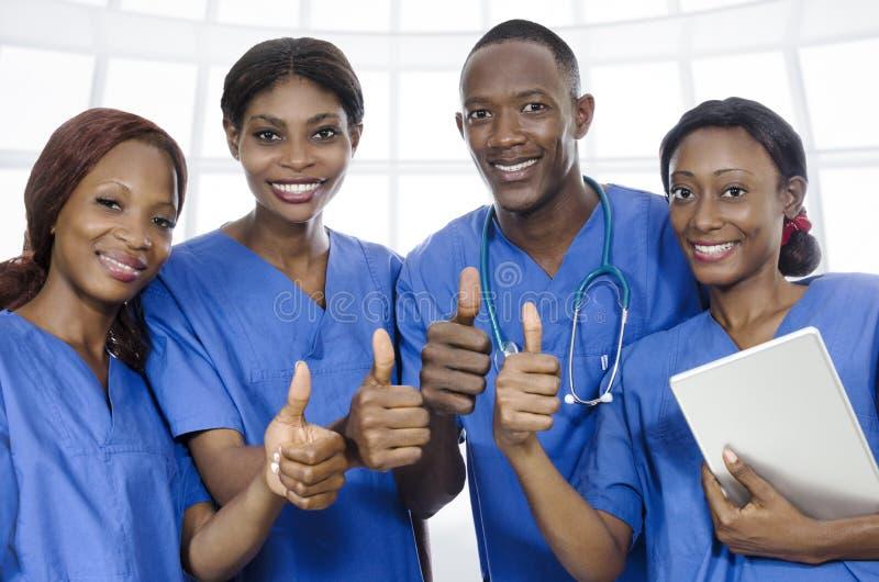 Afrykańskie lekarz drużyny aprobaty zdjęcie stock