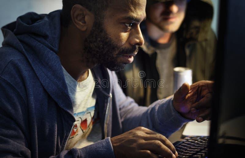 Afrykańskie pochodzenie mężczyzna pracuje na komputerowym laptopie obrazy royalty free
