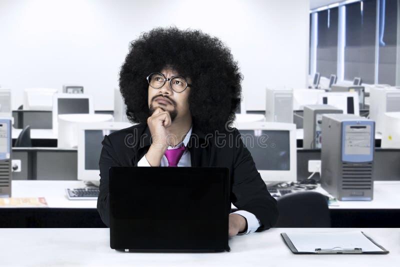 Afrykańskiego biznesmena myślący pomysł w biurze obrazy stock
