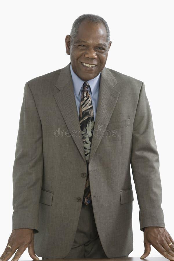 afrykańskiego biznesmena pochodzenia etnicznego uśmiechnięta pozycja obrazy royalty free