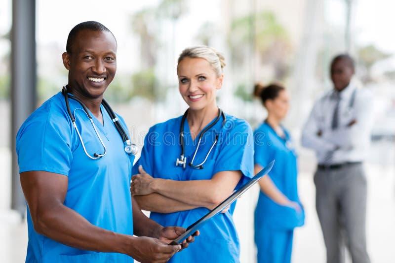 Afrykańskiego lekarza medycyny żeńska pielęgniarka obrazy royalty free