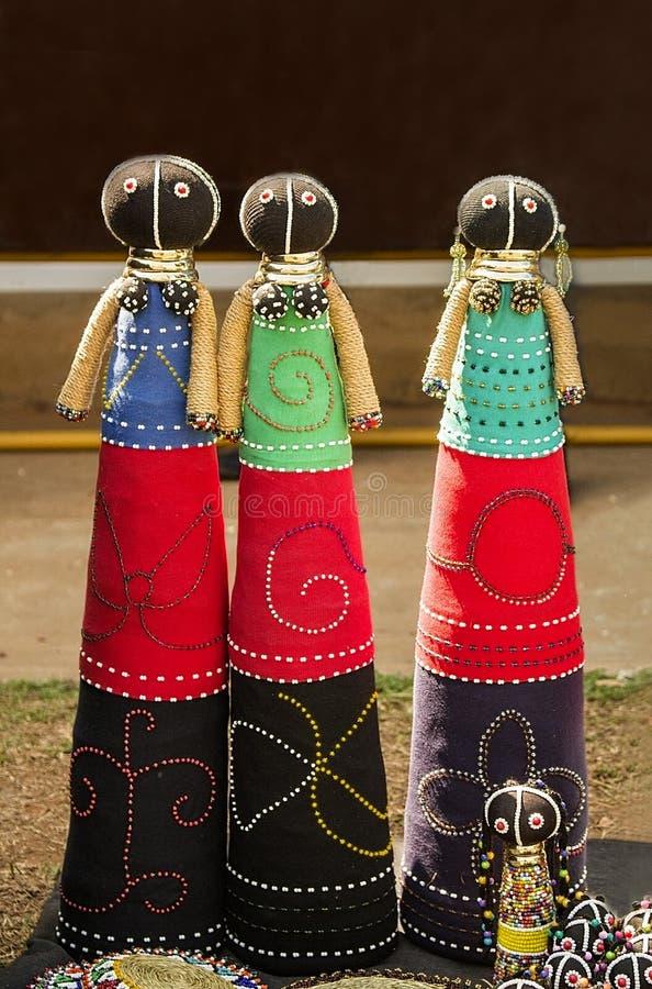 Afrykańskiej mody handmade gałganiane lale Kolorowi koraliki, tkaniny odziewają obraz stock