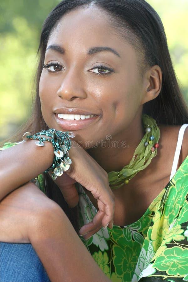afrykańskiej twarzy zieleni szczęśliwa uśmiechnięta kobieta obrazy royalty free