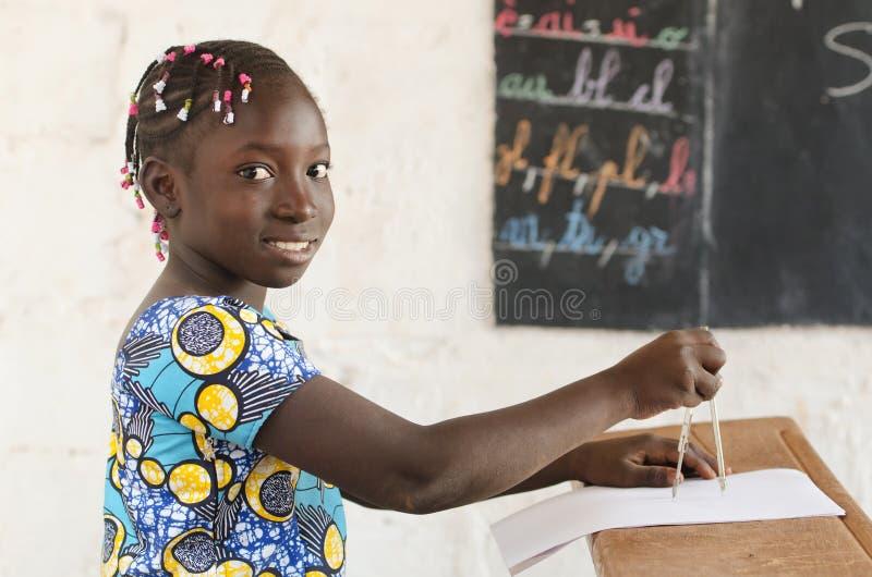 Afryka i technologia - Piękna Afrykańska dziewczyna przy szkołą z Co obrazy stock